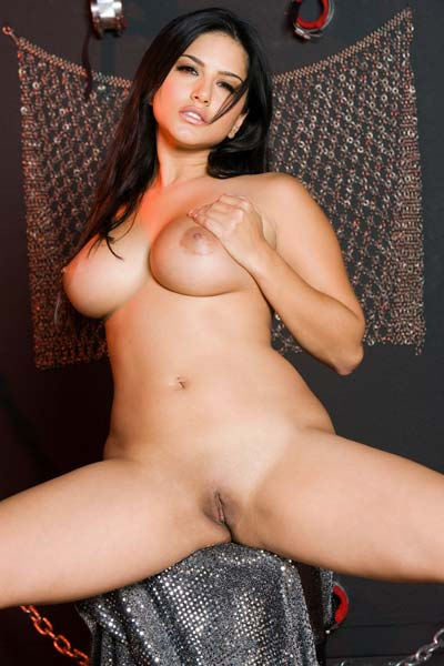 Sunny Leone unzips her sexy