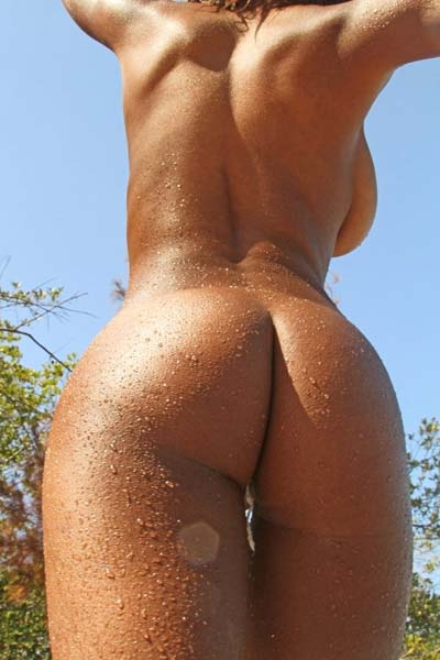 Busty chocolate beauty Tierra is naked and wet