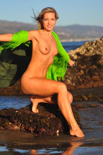 Jenni exposes her curves by the sea