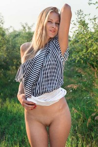 Mirayn A reveals her delicious pussy outdoors