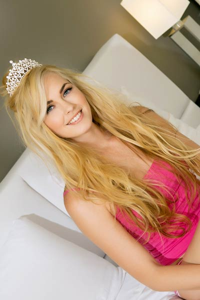 Perky blonde Bailey Rayne is lonely in the bedroom