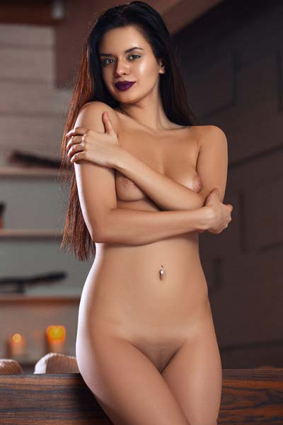 Irresistible Carmen Summer bares her gorgeous physique sensually