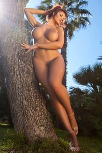 Irresistible busty babe Tommi Jo exposes her amazing curves