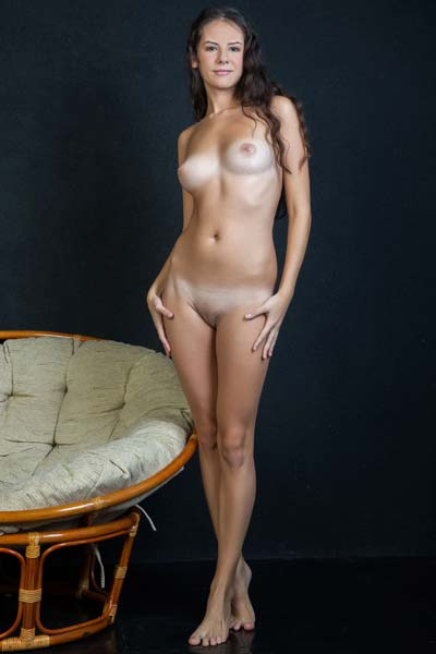 Petite babe Swan gives you a closer look at her attributes