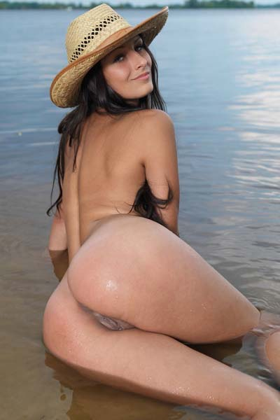 Smoking hot Yarina A shows off her assets on the beach