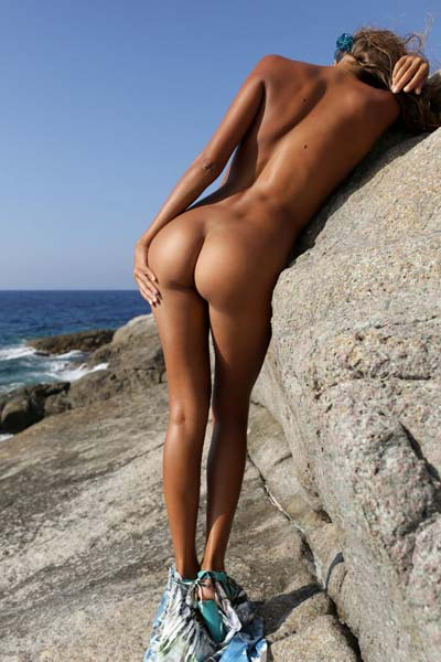 Fantastic Mango A bares her tanned body on the rocks