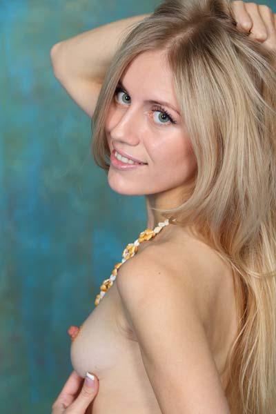 Sexy blonde chick Dori K enjoys a naked photoshoot