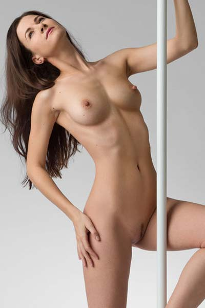 Alluring Lauren is completely naked and ready to seduce