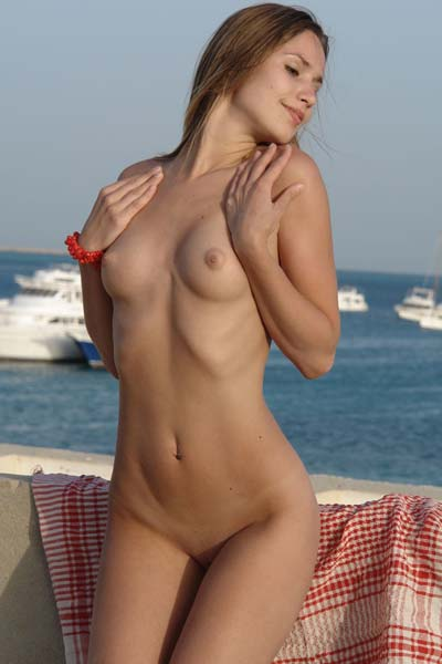Alizeya A boldly shows all her assets under the open sky