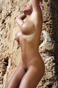 Fabulous tanned blonde Nicole bares her stunning curvy body outdoors