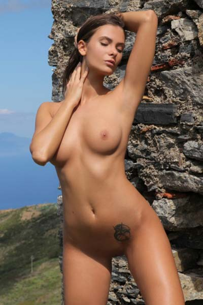 Awesome hot babe Juliette displays her fascinating body while posing gracefully