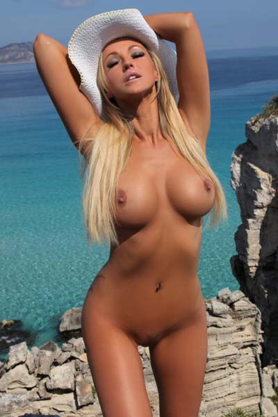 Smoking hot blonde Holly leaves only her hat on after undressing by the sea