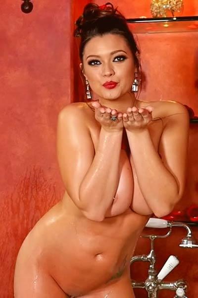 Brunette angel Chelsie Aryn nude in a bathtube