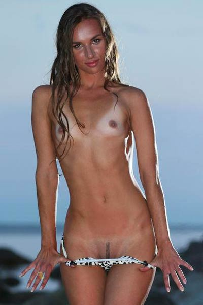 Gorgeous tanned babe Patsy A poses flirtatiously on the beach and shows us her hot meaty pussy