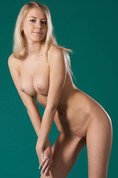 Blonde bombshell Barbara D wants to show you her ravishing large tits and pink vag