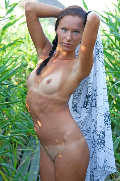 Diala finds private walkway in grass to take off towel and show her tan lines