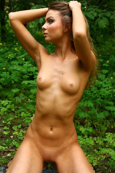 Beautiful Nida enjoys flaunting sexy ass and round breasts in the forest