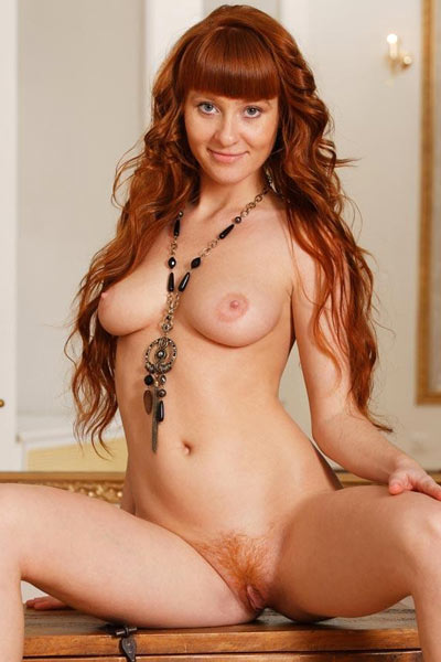 Kinky Oxavia wants to display her butthole so she bends to expose it