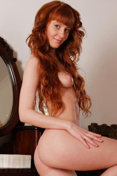 Oxavia is naked in her room and spreading her legs to show her trimmed bush