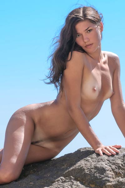 Admirable pics of Indiana who passionately poses naked on the sea shore
