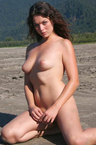 Top class babe Lynnea gives us a glint of her love holes