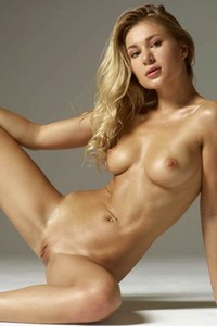 Outstanding curvy babe Darina L poses just in sexy heels and bares her hot body