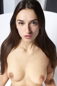 Sexy Cameron poses naked with a cheerful smile on her face and bares her hot body
