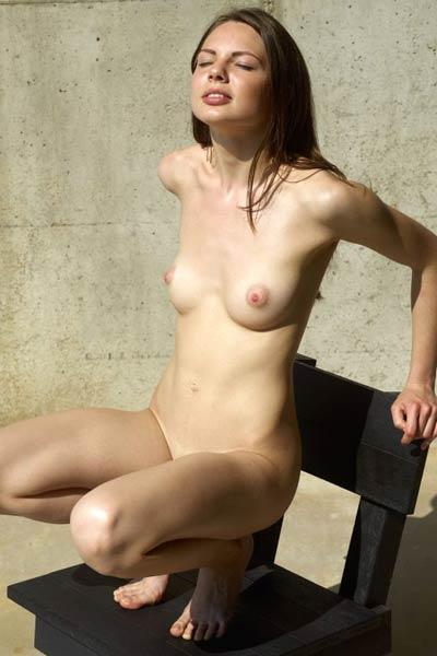 Astonishing brunette Cindy is sunbathing her lustful naked body outdoors