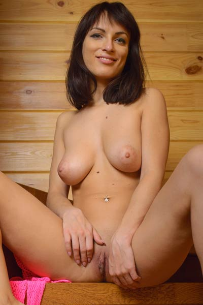 All natural curvy beauty reveals her sexy curves in the sauna