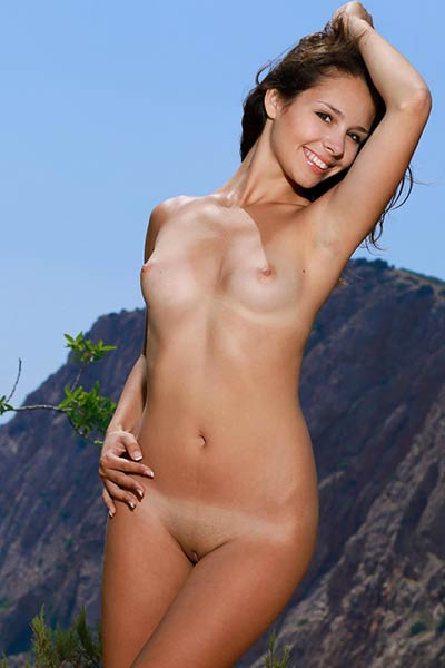 Pretty brunette babe Emmy posing naked in the mountains