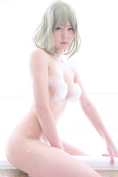 Sexy yet charming model Mayo Usami erotically poses in Ganbaranai