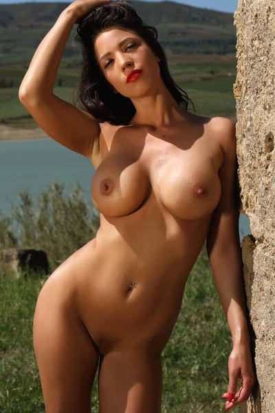 Perfectly shaped hottie Savannah is waiting you on her secret place