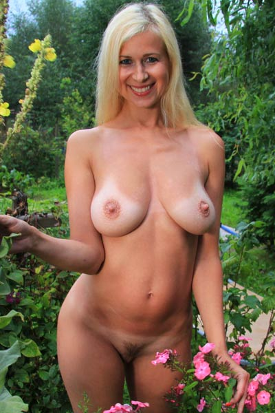 Blonde babe with beautiful smile Anastasia Devine shows off her juicy melons