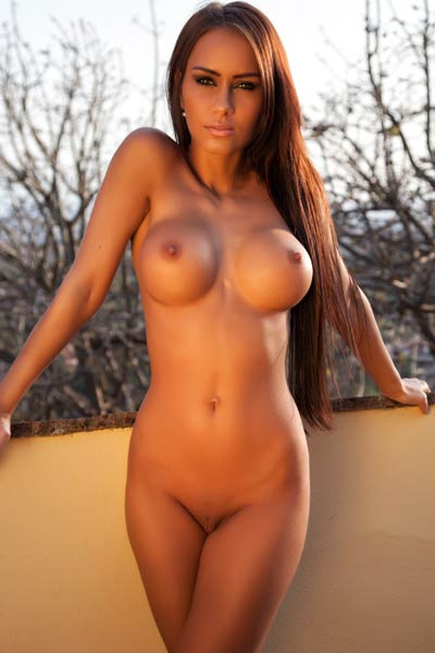 Smoking hot babe shares her outstanding large tits for a photo shoot