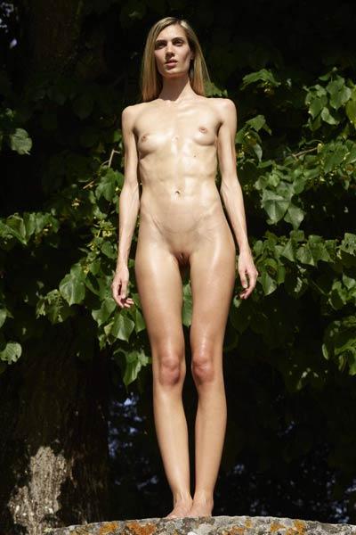 Gorgeous Francy enjoys her naked walk in the park