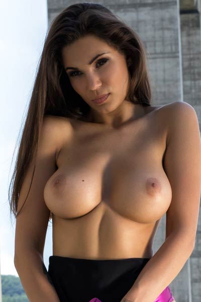 Top class babe Faith unveils her outstanding pair of perfectly round tits while posing outdoors