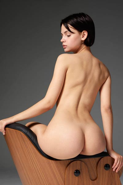 Cute babe Ariel turns around and presents her fascinating ass