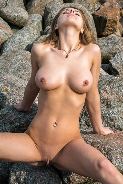 Yelena knows what hot busty body she owns and she likes to show it off