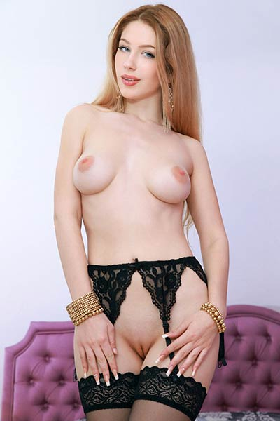 Her astonishing all natural body curves look so tempting in nude