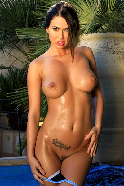 Astonishing babe with amazing body curves Justyna posing naked in the pool