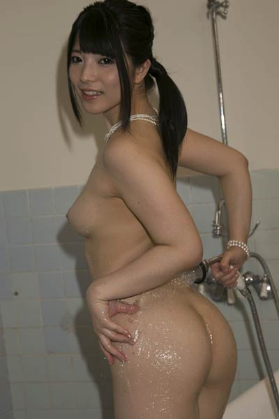 Top class All Gravure Model Ai Uehara sensually poses in Bath Before Bed