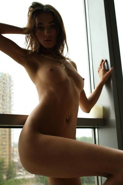 Good looking chick with nice body has it all and she poses naked