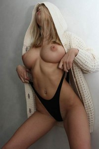 Good looking blonde DaleeQ has a nice combination of sweet face and perfect body