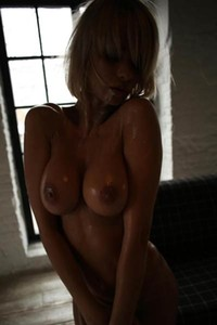 EnokateQ is one short haired blonde with nice body and sweet face