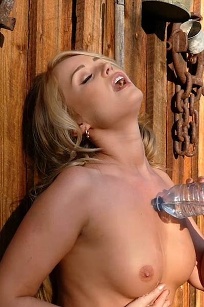 Good looking blonde gets bored and decides to have some sexy solo action