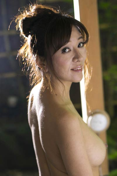 Bloomed stunner Igarashi Noriko erotically poses in Attention To Desire