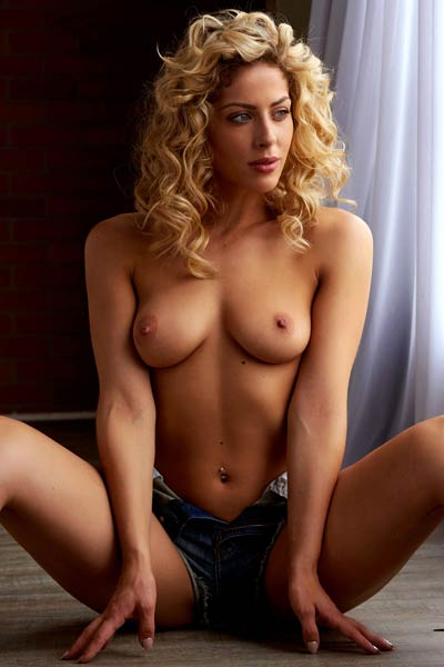 Magnificent blonde with curly hair Jillisa Lynn stripping and posing in nude