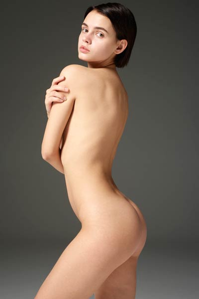 Short haired chick Ariel look so adorable posing naked like that