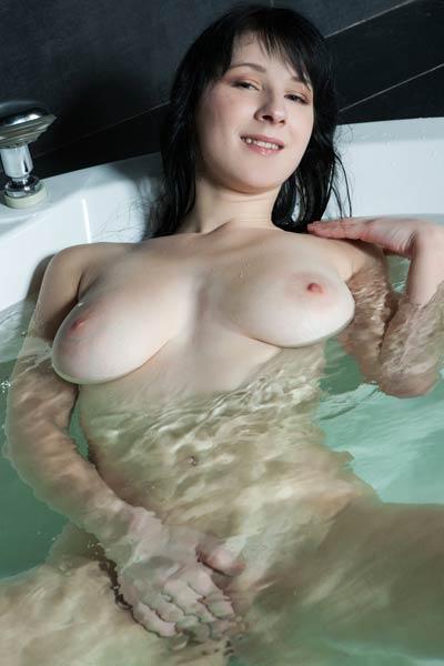 Yenta flashing with her busty body in the bathroom tub