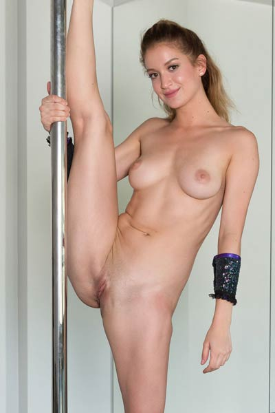 Dakota Burd is pro pole dancer and she likes to do it in nude